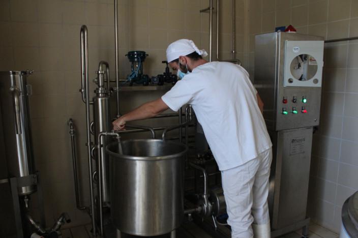 casaro alla macchina di bollitura del latte